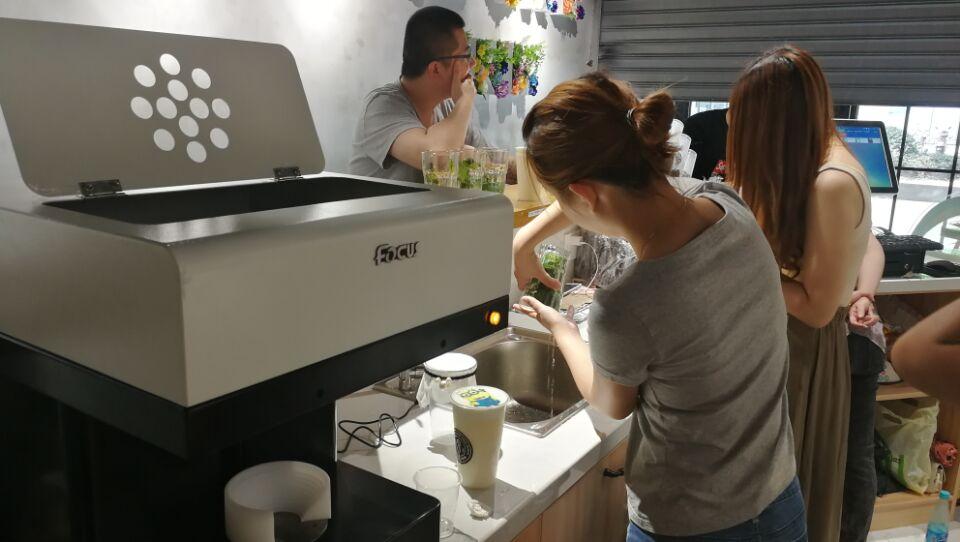 سنغافورة مقهى العملاء مع التركيز الجنية جيت طابعة الصور الشخصية للقهوة